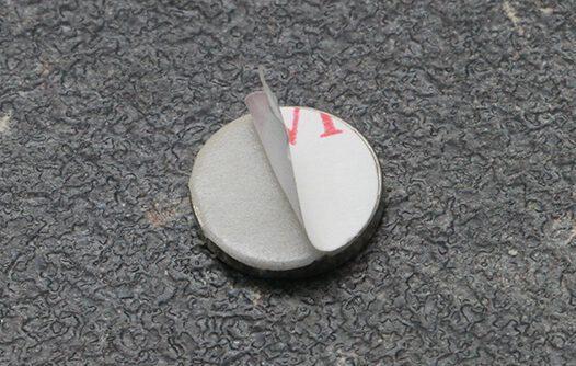 magnes samoprzylepny 10/0.6 mm