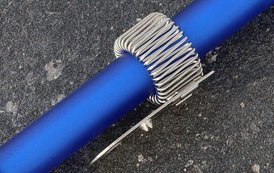 uchwyt na długopis metalowy mocowany na nit