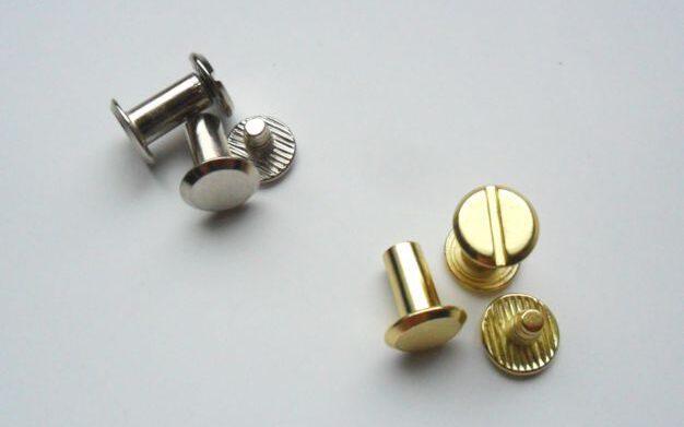 śruby płaskie metalowe